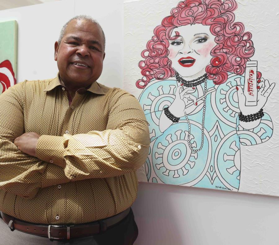 """Otilio Warrington """"Bizcocho"""" junto a una pintura de su personaje """"Cuca Gómez"""". (semisquare-x3)"""