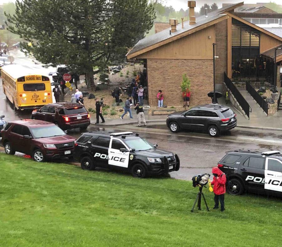 La respuesta de los oficiales fue inmediata. En la imagen, agentes y otros frente a la escuela. (AP/ David Zalubowski) (semisquare-x3)