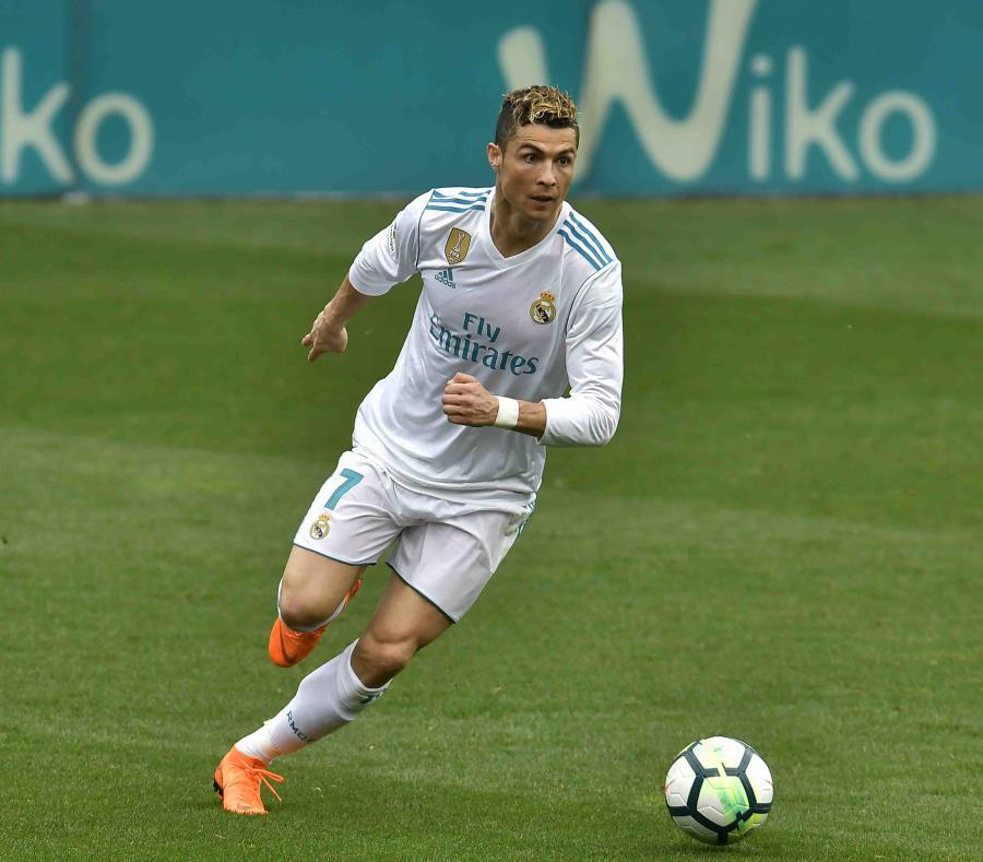 Cristiano Ronaldo persigue el balón durante el partido. (AP) (semisquare-x3)