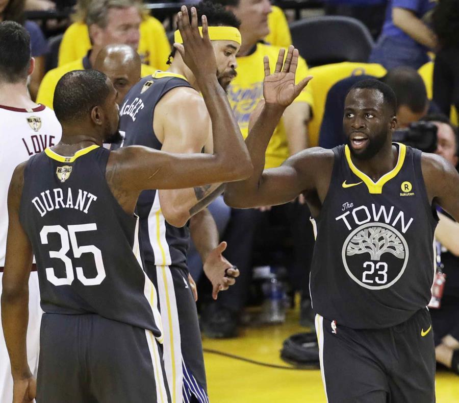 Kevin Durant (35) felicita a Draymond Green luego de marcar un canasto durante la acción del partido de esta noche contra los Cavaliers. (AP / Marcio José Sánchez) (semisquare-x3)