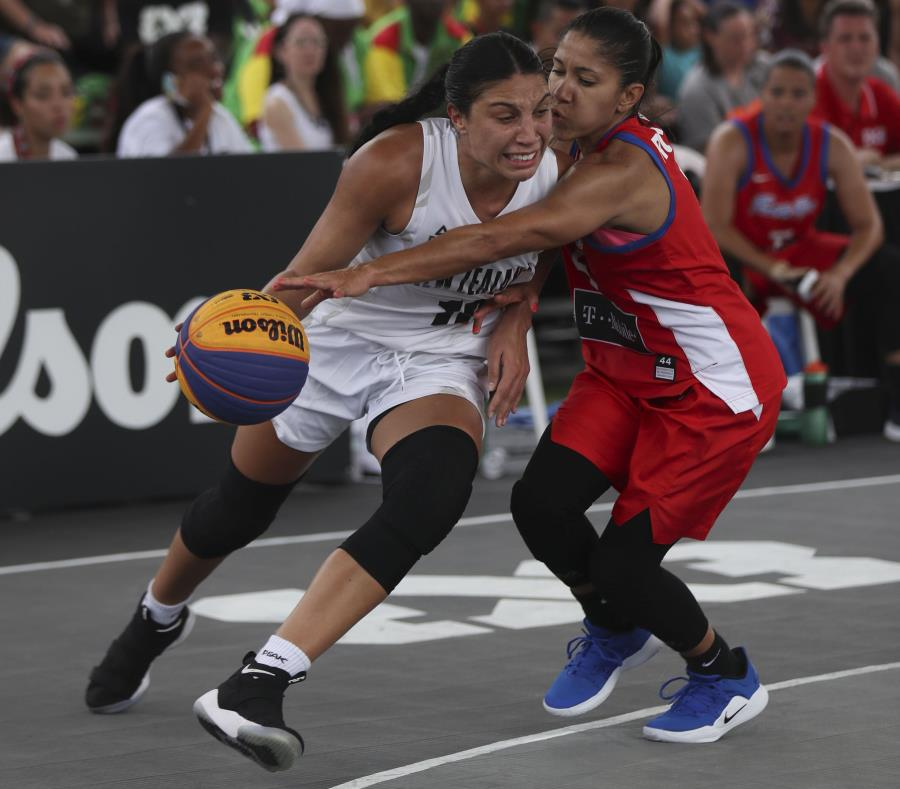 Pamela Rosado(rojo), de Puerto Rico, frente a Kalani Purcell, de Nueva Zelanda. (semisquare-x3)