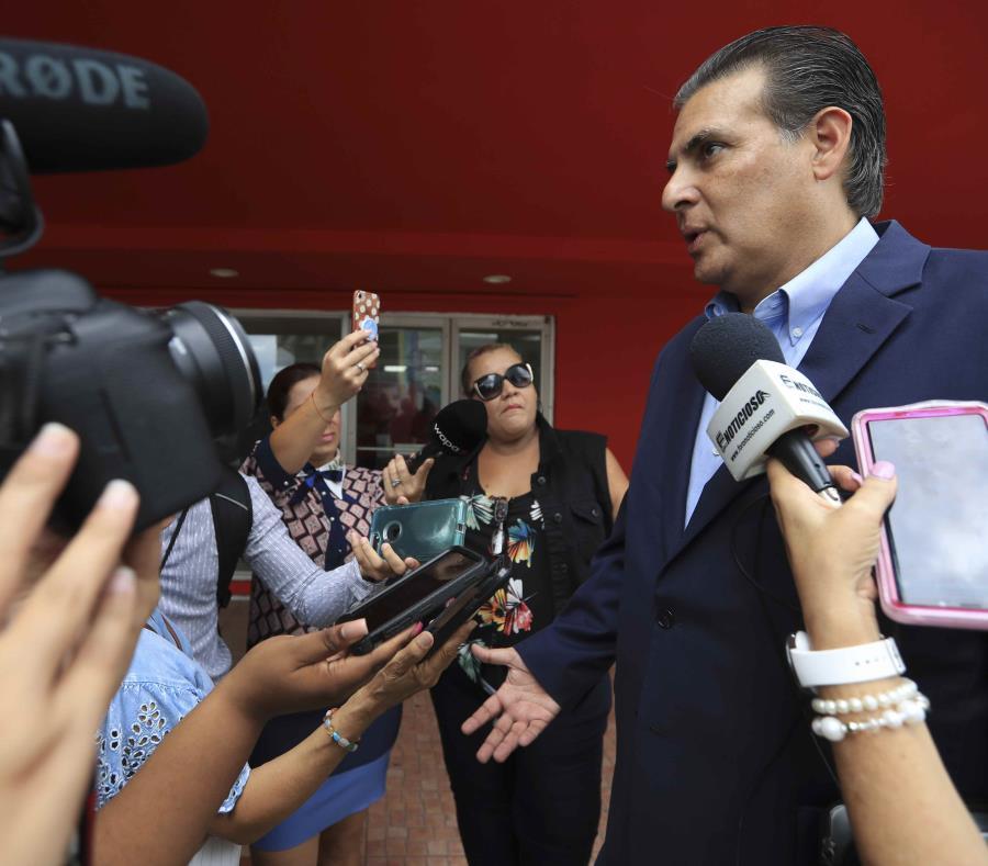 El senador Eduardo Bhatia atiende a los medios de comunicación a las afuera del Partido Popular Democrático, en San Juan. (GFR Media) (semisquare-x3)