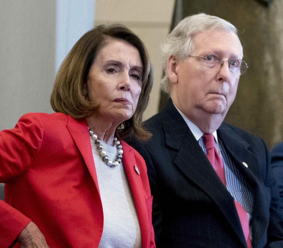 La demócrata Nancy Pelosi, presidenta de la Cámara de Representantes, y Mitch McConnell, líder de los republicanos en el Senado, asisten a la ceremonia de entrega de la Medalla de Oro del Congreso, el 21 de marzo de 2018, en Washington. (AP/Andrew Harnik, (semisquare-x3)