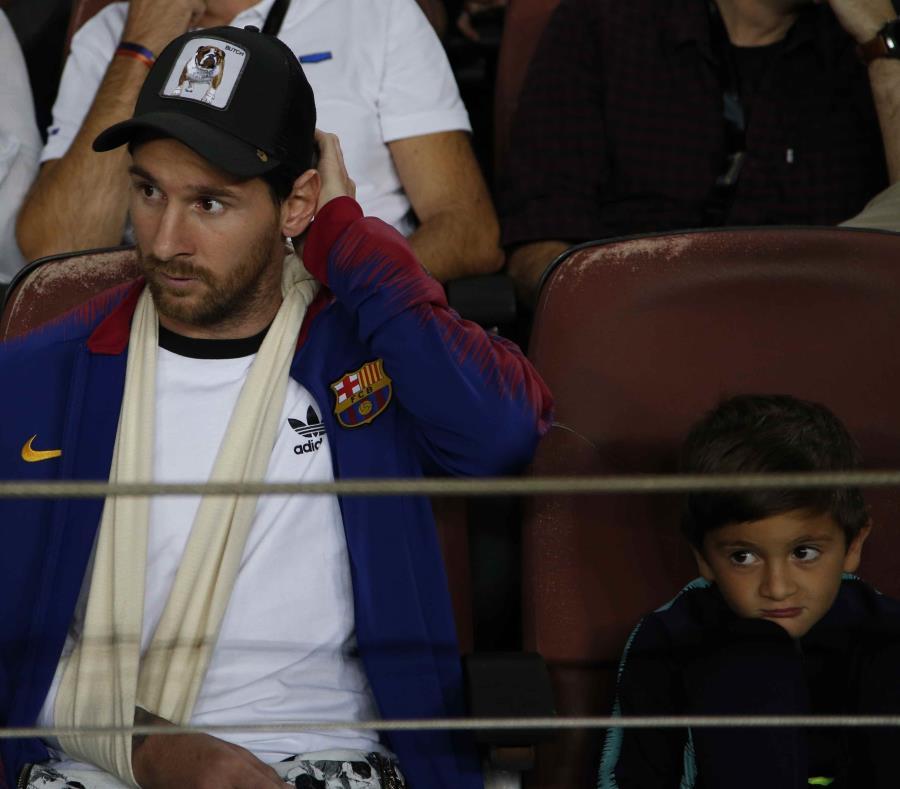 Lionel Messi, con el brazo lesionado, en la grada previo al partido contra el Inter de Milán la semana pasado. (AP / Emilio Morenatti) (semisquare-x3)