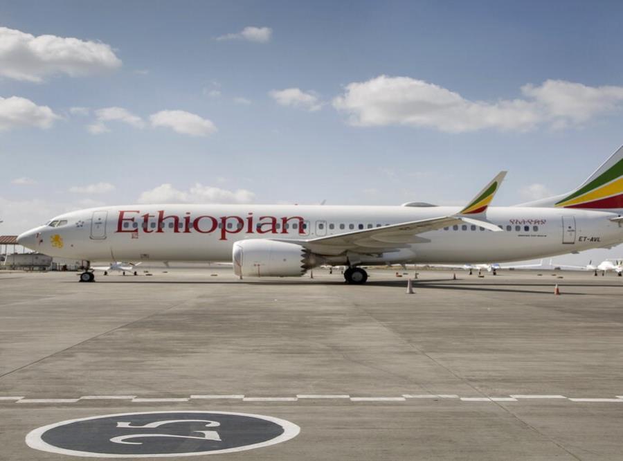 Un avión Boeing  737 Max de Ethiopian Airlines permanece estacionado en la pista del aeropuerto internacional Bole en la ciudad de  Addis Abeba, Etiopía (semisquare-x3)