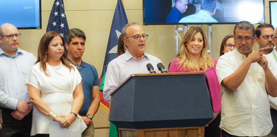 Aurelio Alemán, presidente del Comité Unidos por Puerto Rico y presidente y CEO de FirstBank, junto a la primera dama, Beatriz Rosselló y  miembros del comité. (horizontal-x3)
