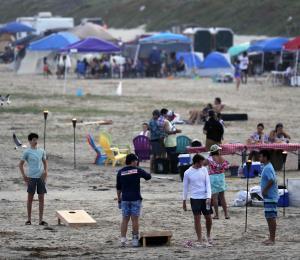 Abarrotan parques y playas en Estados Unidos en fin de semana feriado
