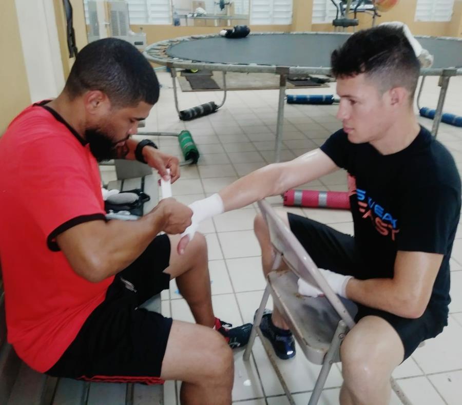 Juanma López le realiza el vendaje a Jayson Vélez durante un entrenamiento. (Suministrada) (semisquare-x3)