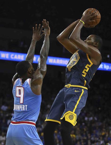 Kevin Durant, de los Warriors de Golden State, dispara por encima de Iman Shumpert, de los Kings de Sacramento, en la segunda mitad del encuentro del sábado 24 de noviembre de 2018 en Oakland, California. (AP Foto/Ben Margot) (vertical-x1)