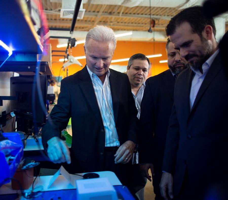 El gobernador Ricardo Rosselló, junto al alcalde de Bayamón, Ramón Luis Rivera, durante el anuncio del primer laboratorio de IoT e inteligencia artificial. (semisquare-x3)