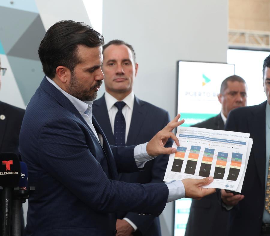 Durante el evento, el gobernador Ricardo Rosselló (izquierda) firmó una ley que agrega incentivos contributivos y acceso a financiamiento para las inversiones bajo el programa de OZ. (semisquare-x3)