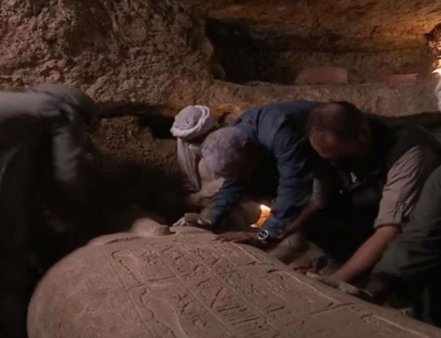 Así abren una tumba egipcia y hallan una momia intacta — Escalofriante video