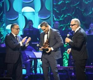 Víctor Manuelle recibe Premio Ícono del Salón de la Fama de Compositores Latinos