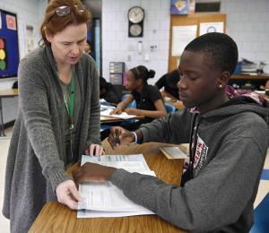 Escuelas de EE.UU. buscan reclutar maestros de grupos minoritarios