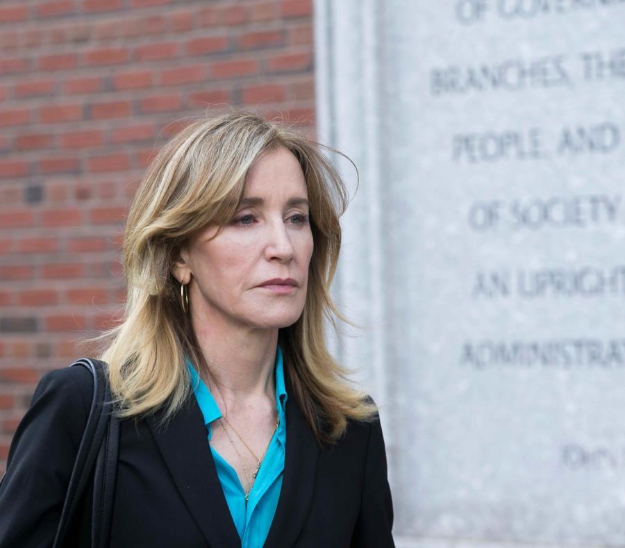 Felicity Huffman sale el 3 de abril del Juzgado Federal John J Moakley después de enfrentar cargos por un esquema de trampa en un programa nacional de admisiones para la universidad. (EFE) (semisquare-x3)