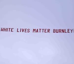 """Policía británica investiga despliegue de pancarta de """"White Lives Matter"""" en medio de un partido de la Liga Premier"""