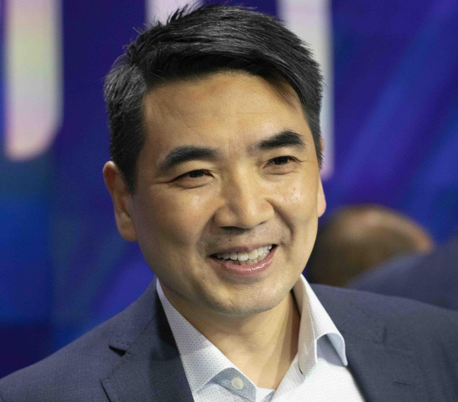 Eric Yuan el pasado 18 de abril dando el campanazo de apertura de Nasdaq. (GFR Media) (semisquare-x3)