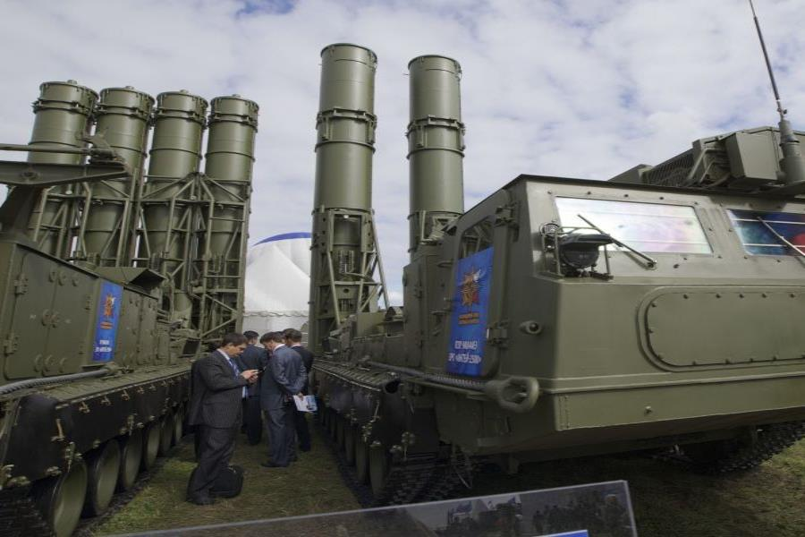 El S-300 es un sistema de lanzamiento de misiles desarrollado por la Unión Soviética durante de la década de 1970 (semisquare-x3)