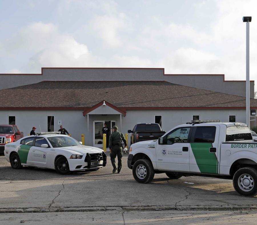 Vehículos y agentes de la Patrulla Fronteriza permanecen afuera del Centro de Procesamiento Central en McAllen. (AP/David J. Phillip) (semisquare-x3)