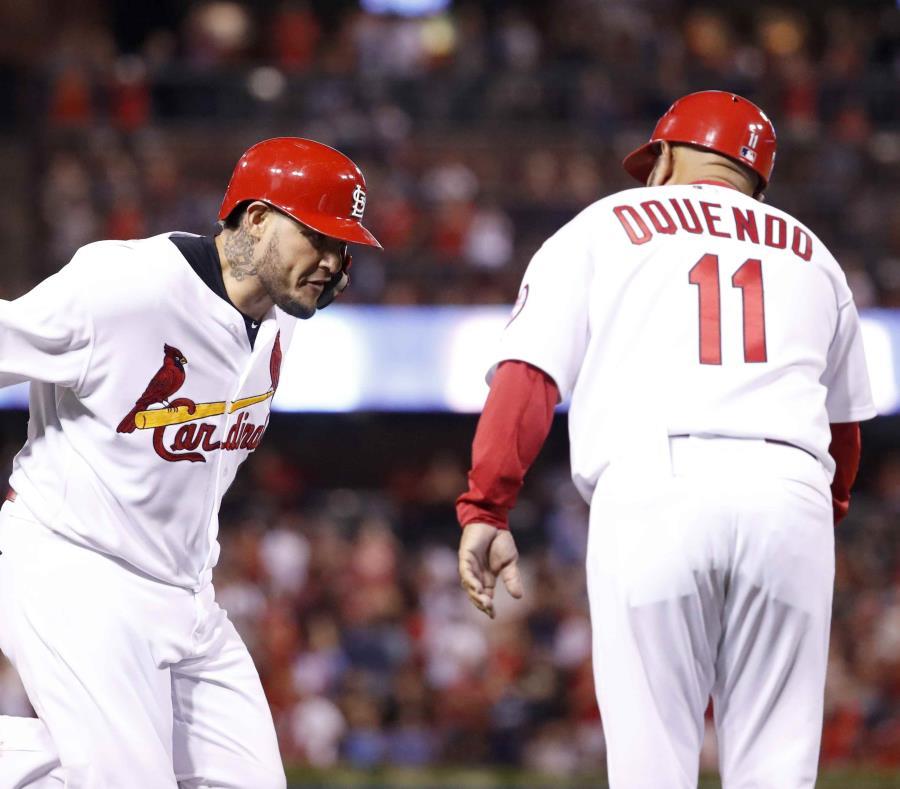 Yadier Molina choca manos con el coach de tercera base José 'Cheito' Oquendo camino al plato después de su cuadrangular. (AP) (semisquare-x3)