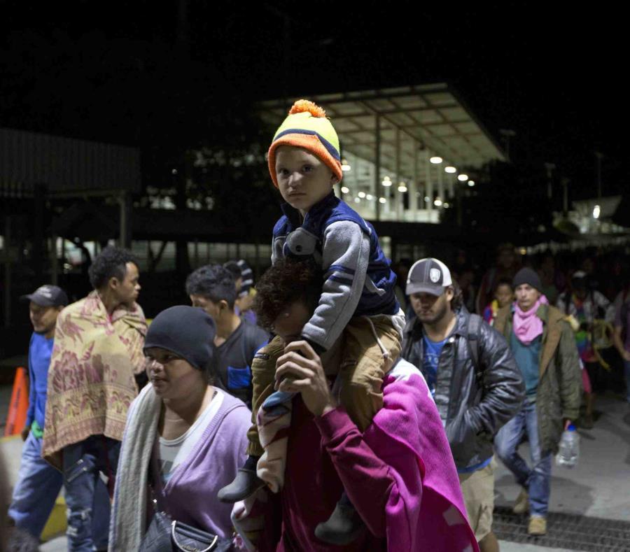 Migrantes de Honduras cruzan la frontera entre México y Guatemala sin el registro de las autoridades en Ciudad Hidalgo, México. (AP) (semisquare-x3)