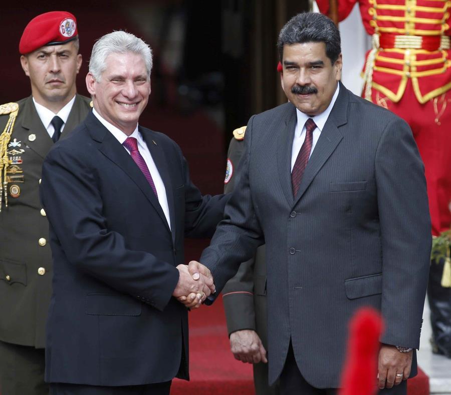 El presidente de Cuba, Miguel Díaz-Canel (izq.) visitó Venezuela el pasado 30 de mayo y se reunió con su contraparte venezolano, Nicolás Maduro. (AP / Ariana Cubillos) (semisquare-x3)