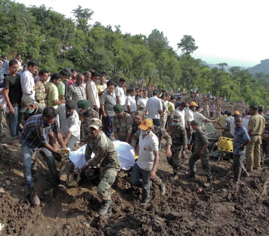 Soldados y rescatistas recuperan cuerpos de dos autobuses, dos automóviles y una motocicleta que fueron cubiertos de lodo tras un deslizamiento de tierra causado por lluvias monzónicas en el norte de la India el domingo. (semisquare-x3)