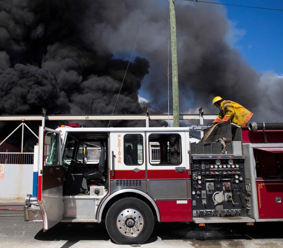 Miembros del cuerpo de bomberos trabajan entre los escombros que dejó una fuerte explosión en una fabrica (semisquare-x3)