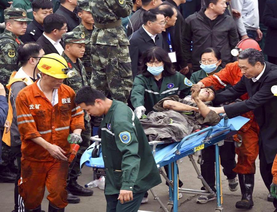 Esta fotografía propocionada por la agencia de noticias estatal de China, Xinhua, muestra un trabajador tras haber sido rescatado de una mina de carbón en la provincia china de Shandong. (semisquare-x3)