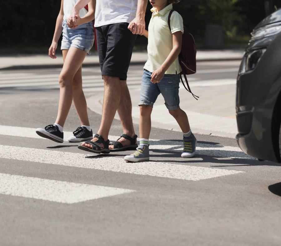 Está prohibido que los conductores detengan su auto sobre o después de las líneas blancas pintadas en la calle que indican el área por la que caminan los peatones mientras el semáforo está en luz roja. (Shutterstock.com) (semisquare-x3)