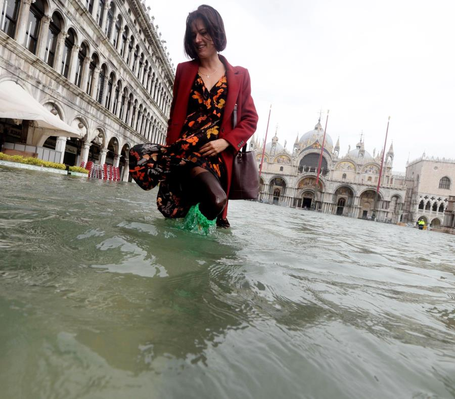 Marea excepcional inunda el 70% del centro histórico — Venecia bajo agua