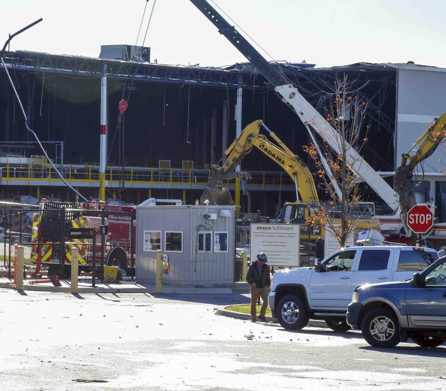 Personal de emergencias evalúa los daños después de que una construcción colapsara por el clima dentro del almacén de distribución de Amazon en Baltimore. (AP) (semisquare-x3)