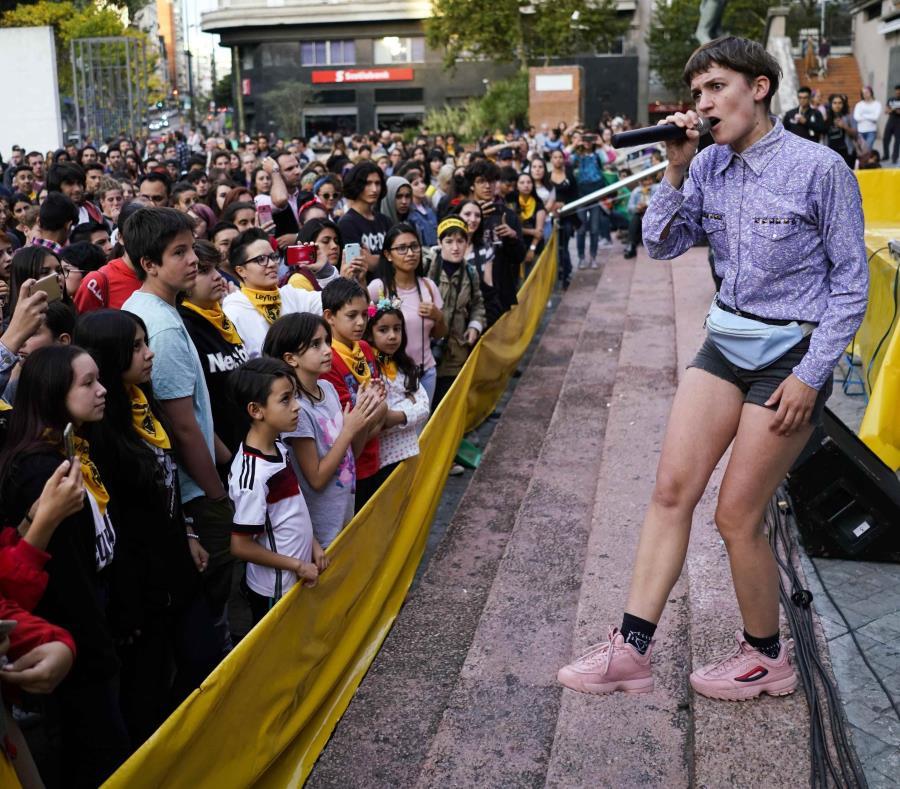 El cantante uruguayo Eli Almic se presenta durante un evento en apoyo a la lei integral Trans. (AP/Matilde Campodónico) (semisquare-x3)