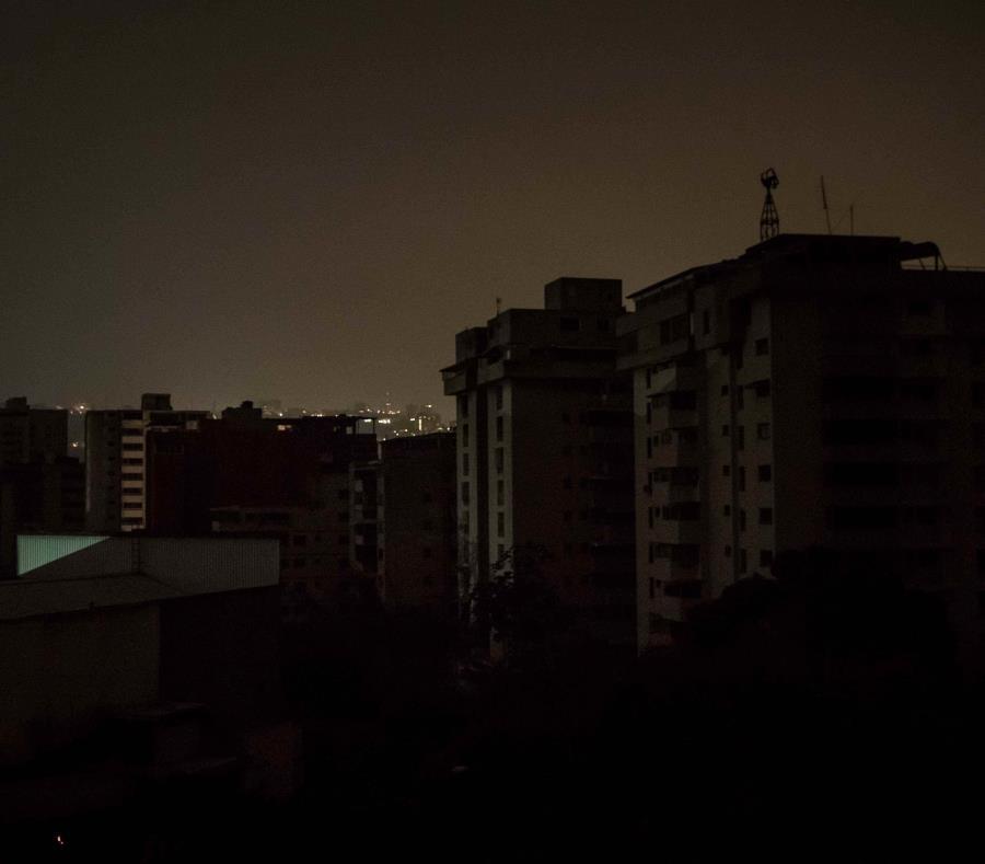 En la imagen, un barrio a oscuras en la madrugada de este sábado, en Caracas.  (EFE/ Miguel Gutiérrez) (semisquare-x3)