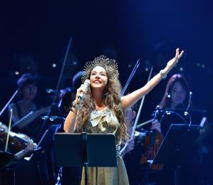 Sarah Brightman quiere deslumbrar y transmitir emociones