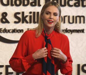 """Charlize Theron: idea de armar a los maestros en EE.UU. es """"indignante"""""""