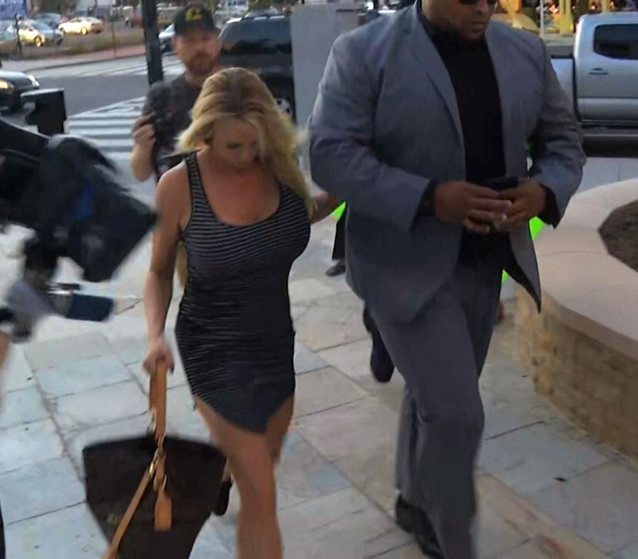 Stormy Daniels es escoltada por personal de seguridad a su llegada al club nocturno