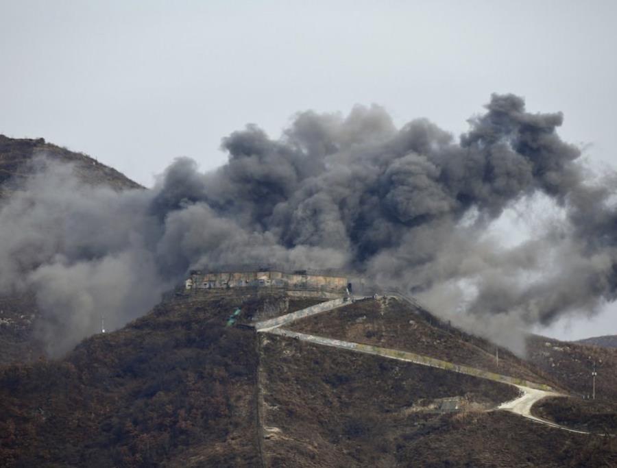 una explosión que forma parte del desmantelamiento de puestos de guardia surcoreanos en la zona desmilitarizada que divide la Península de Corea, en Cheorwon (semisquare-x3)