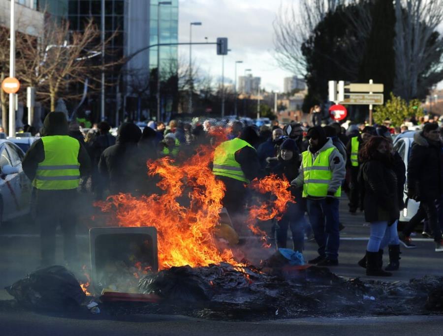 Taxistas queman contenedores de basura para bloquear el acceso a un centro de exposiciones durante una protesta en Madrid, España, el 23 de enero de 2019 (semisquare-x3)