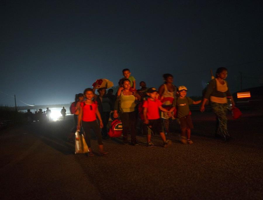 Una familia camina junto a otros migrantes centroamericanos en una caravana de miles de personas que lentamente se dirige a la frontera entre México y Estados Unidos, en las afueras de Arriaga, México. (AP Foto/Rodrigo Abd) (semisquare-x3)