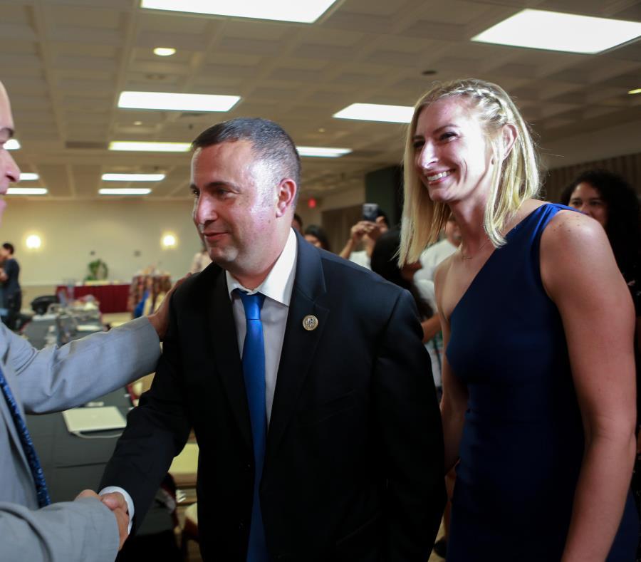 Darren Soto, congresista de ascendencia puertorriqueña junto a su esposa Amanda, la noche de las primarias (semisquare-x3)