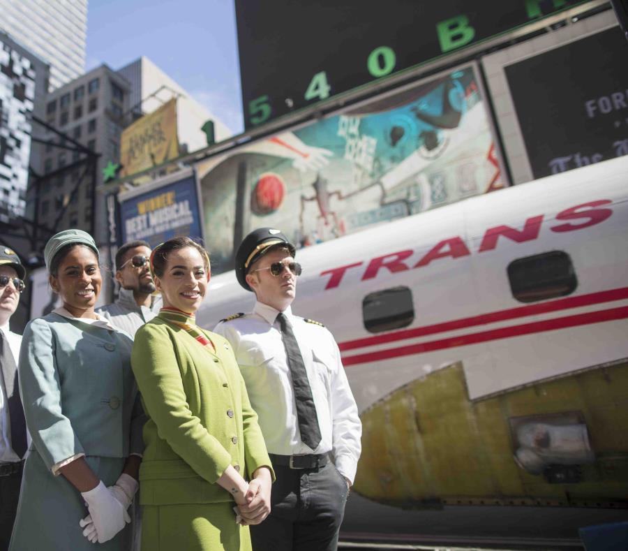 Actores vestidos como pilotos y azafatas  de las décadas de 1960 y 1970 posan junto al avión. (AP) (semisquare-x3)