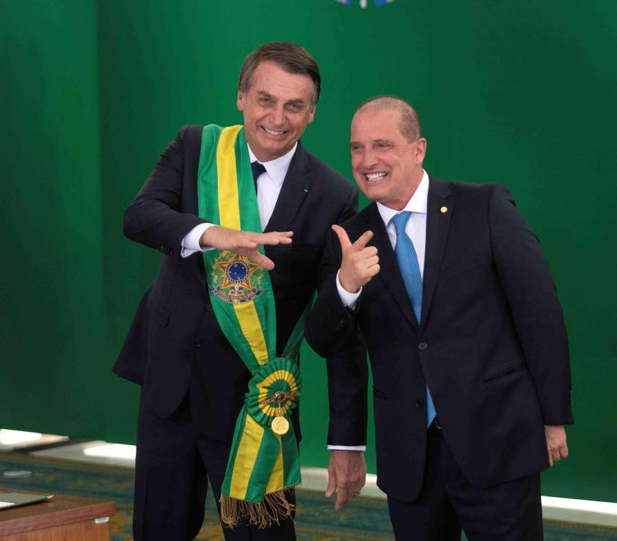 El ministro de la Presidencia de Brasil, Onyx Lorenzoni, avaló la firma del decreto que flexibiliza la compra de armas en Brasil, firmado por el presidente Jair Bolsonaro (semisquare-x3)