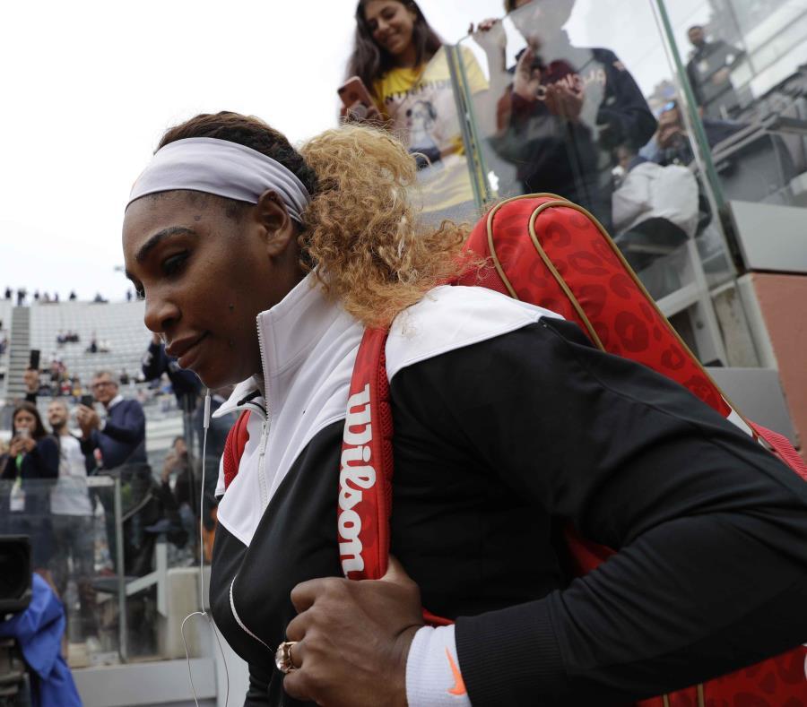 La estadounidense Serena Williams ingresa a la pista central para jugar contra la sueca Rebecca Peterson en el Abierto de Italia, el lunes 13 de mayo de 2019. (AP / Gregorio Borgia) (semisquare-x3)