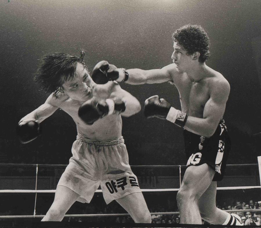 Wilfredo Gómez (dcha) golpea a Dong Kyun Yum durante la pelea del 21 de mayo de 1977 en el coliseo Roberto Clemente. Esa victoria le dio a Gómez su primer campeonato mundial. (Archivo) (semisquare-x3)