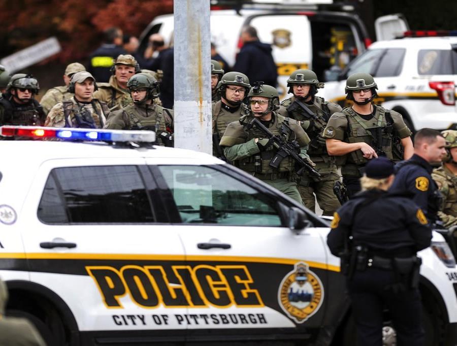 Un nutrido grupo de policías recorre la calle tras un ataque a una sinagoga en Pittsburgh, el 27 de octubre del 2018 (Alexandra Wimley/Pittsburgh Post-Gazette vía AP) (semisquare-x3)