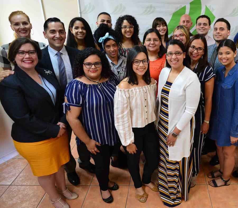 En la foto algunos de los jóvenes becados en la sede la Fundación Comunitaria, en Santurce (semisquare-x3)