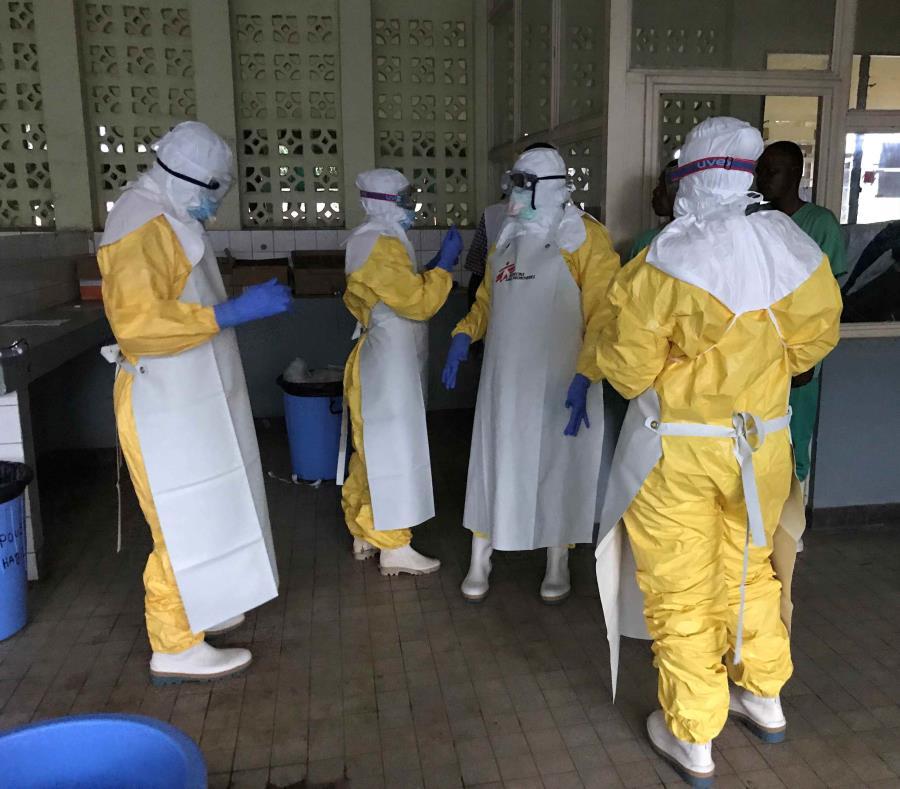 Médicos trabajando en áreas de aislamiento en facilidades médicas el Congo (semisquare-x3)