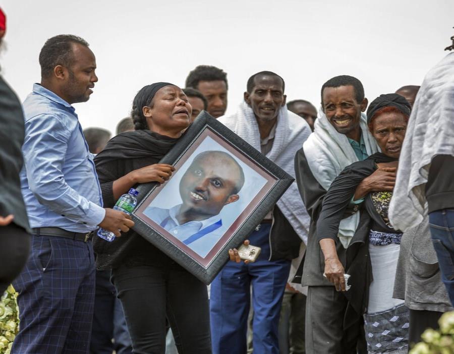 Familiares etíopes de las víctimas del desplome de un avión lloran en el lugar donde el Boeing 737 Max 8 de la Ethiopian Airlines (semisquare-x3)