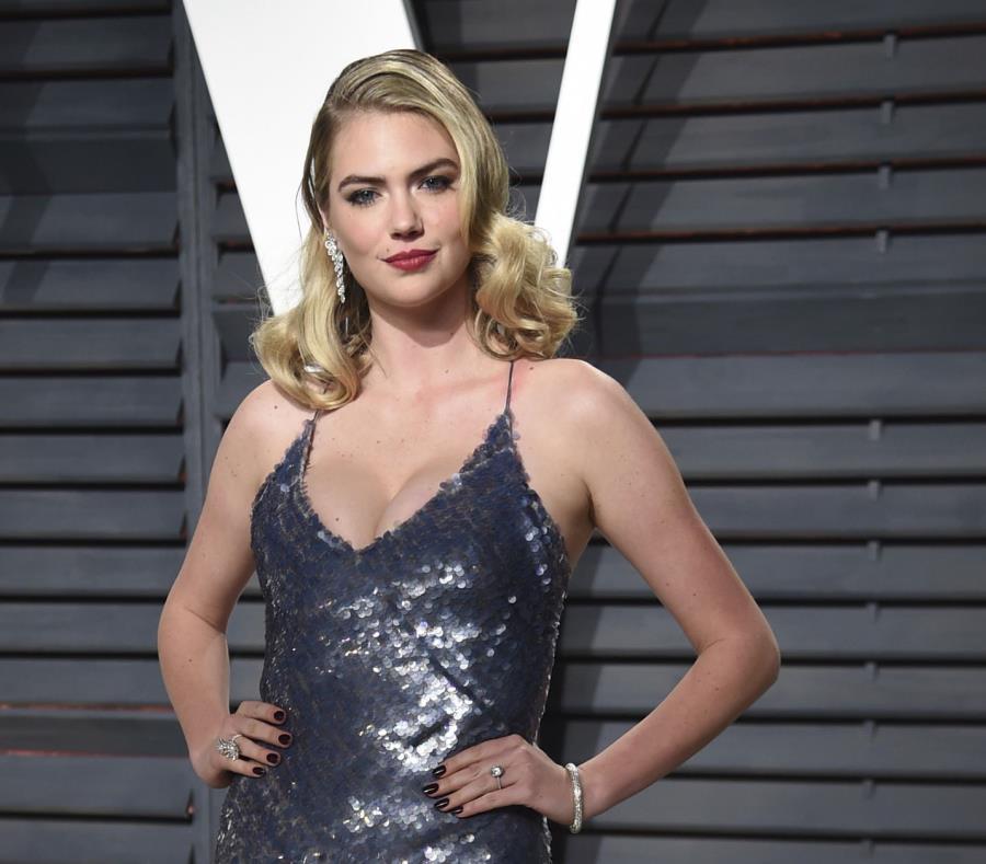 Kate Upton a su llegada la fiesta de los Oscar de Vanity Fair en 2017. (AP) (semisquare-x3)